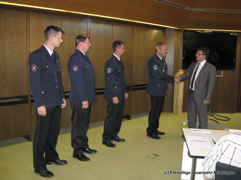 Oberbürgermeister Michael Bulander gratuliert und dankt den in ihren Ämtern bestätigten Führungskräften.