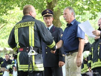 Der stv. Mössinger Bürgermeister Max Göhner (rechts) und Kommandant Bernd Strohmaier (Mitte) gratulieren den Gruppenführern.
