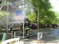 Das Baugerüst simuliert bei der Brandübung das brennende Gebäude.