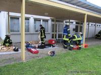 Vor der Schule wurde der Sammel und Versorgungsplatz für die Verletzten eingerichtet.