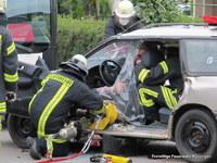 Der Fahrer sowie die mitfahrenden Kinder im PKW, waren eingeklemmt...