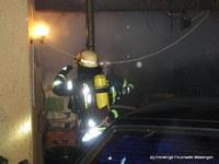 Ein Trupp bekämpfte das Feuer von außen über ein Fenster