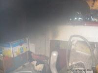 Im Brandraum war der Zugang zur Kochnische (im Bild links hinter den Kisten) unter Nullsicht nur schwer zu erreichen.